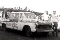 Pedro Muffato e Willy Tien com o Simca, 4 de dezembro de 1966. Foto: Gazeta Esportiva.