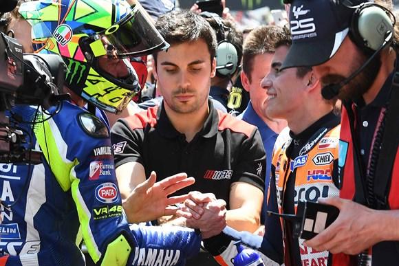 Foto: Repsol - Aperto de mãos entre Valentino e Marc após a prova. Paz? De coração?