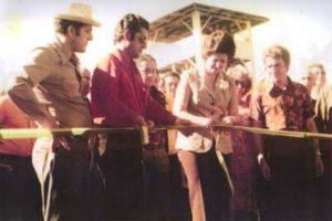 Zilmar Beux (de óculos) e Pedro Muffato (à direita) na inauguração do autódromo de Cascavel. - Foto: Reprodução/Facebook