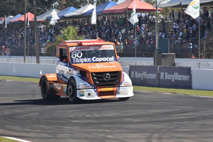 Diogo Pachenki com seu Mercedes na reta de Londrina - Foto: Luciana Flores.