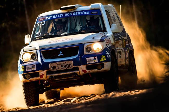 Dupla maranhense acelerando durante o Rally dos Sertões 2015. - Foto: Ricardo Leizer.