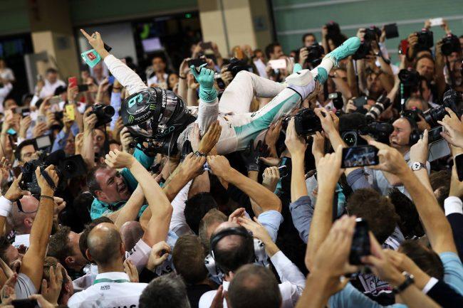 Nico sendo levado pela equipe, festejando seu primeiro título na Fórmula 1. - Foto: formula1.com