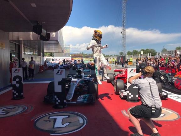 Lewis comemora sua vitória em 2017 - Fonte: Mercedes-AMG Petronas Motorsport