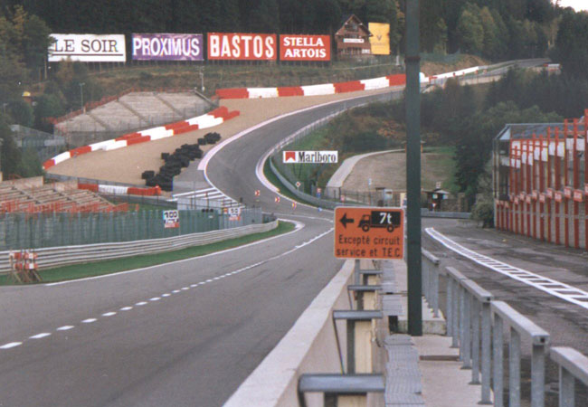 "Fonte: ""Eau Rouge 1997"". Licenciado sob CC BY-SA 2.5, via Wikimedia Commons"