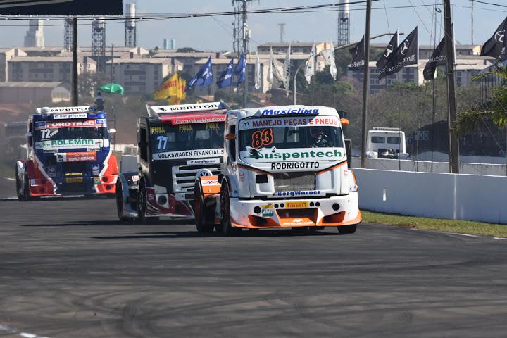 Boessio (83), André Marques (77) e Fogaça fizeram uma boa briga durante a etapa em Londrina - Foto: Luciana Flores.