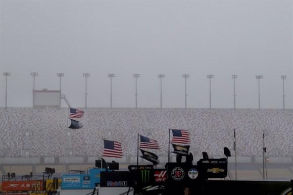 Tempestade cancela treino em Kentucky. - Foto: Nascar