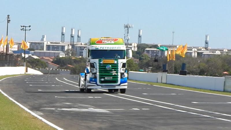 Thais Fontoura desfilando com seu Pace Truck nessa tarde pela pista de Londrina. - Foto: Anderson Cardoso - Equipe Tomada de Tempo