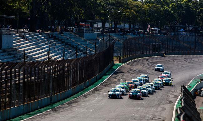 Os belos carros da Lancer Cup alinhados para a largada. - Foto: Tom Papp.