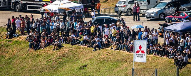 Torcida compareceu em peso e deu um toque a mais na etapa da Lancer Cup em Interlagos. - Foto: Tom Papp.