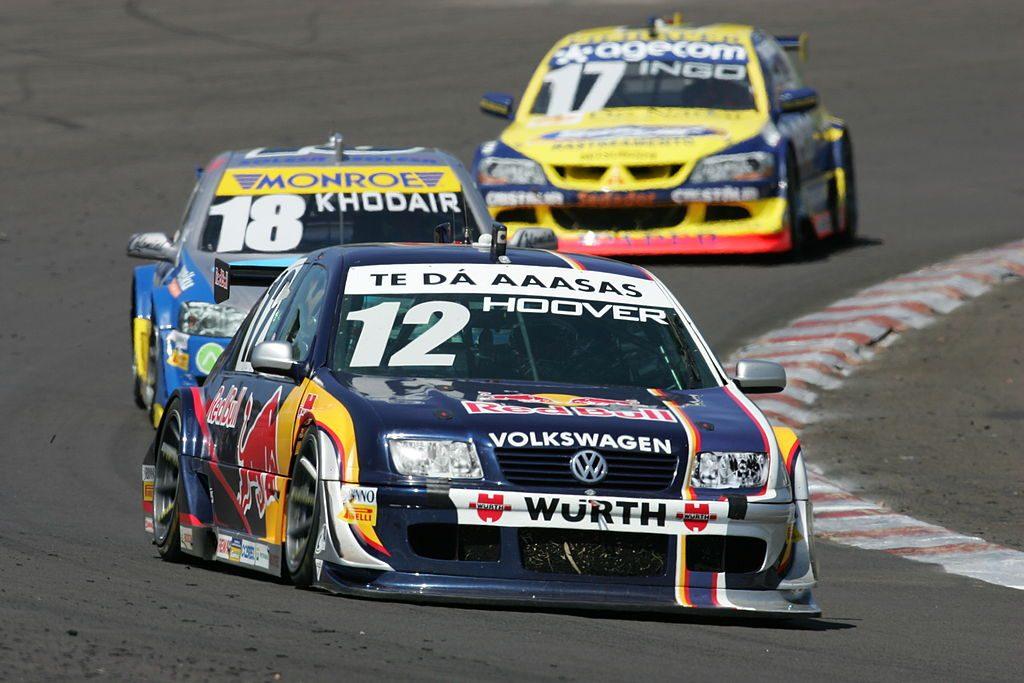 Volkswagen Bora, Chevrolet Astra e um Mitsubishi Lancer em 2007.