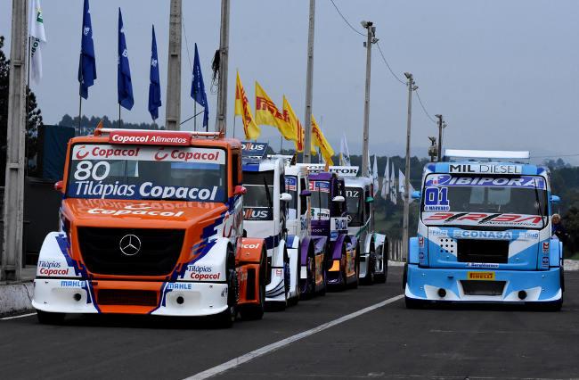 Caminhões alinhados nos boxes do tradicional Autódromo de Tarumã, em Viamão. - Foto: Luciana Flores.
