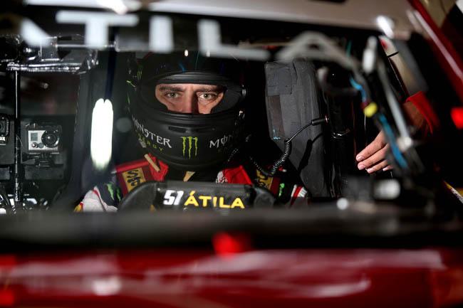 Átila Abreu dentro de seu Chevrolet Cruze. - Foto: Rafael Gagliano