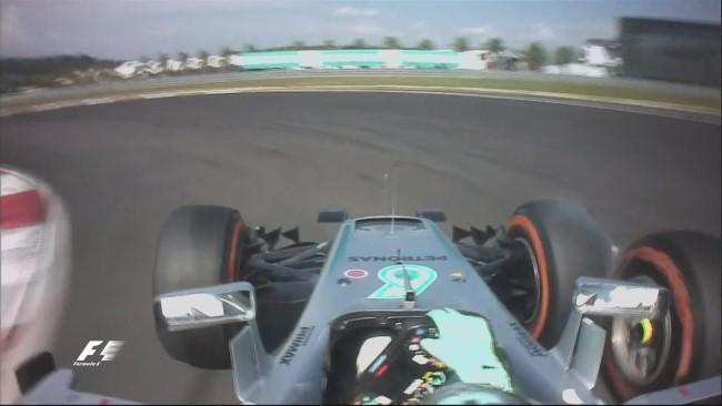 Toque de Rosberg em Kimi durante a ultrapassagem! Punido com 10 segundos - Foto: Twitter F1 Oficial