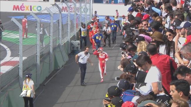 Vettel sendo chamado para assumir seu posto no pódio! Foto: Twitter F1 Oficial