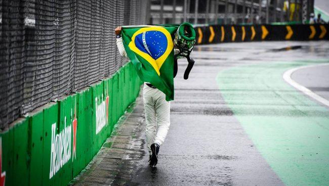Momento que Massa sendo ovacionado em Interlagos!! – Foto: formula1.com