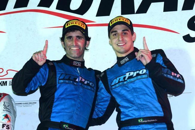 Jimenez e Rodrigo Baptista festejam a vitória na prova. - Foto: Fernanda Freixosa.