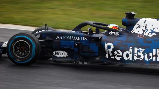 Carro Aston Martin Red Bull Racing - RB14 - 2018 - Ricciardo pilotando. Foto: Site Oficial redbullracing.redbull.com