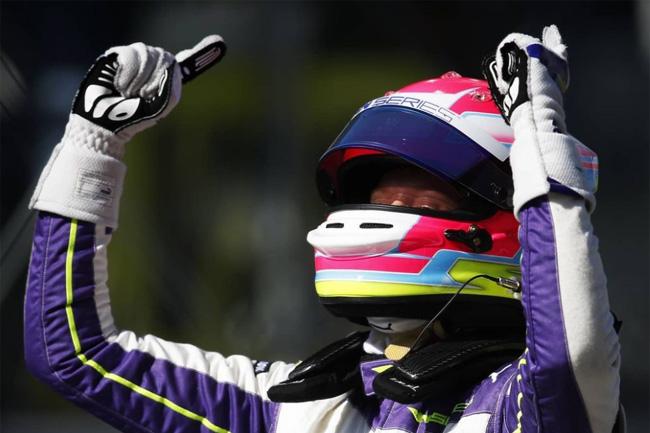 Alice Powell vence em Silverstone pela W SERIES. Foto: Instagram Alice Powell
